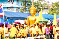 SAMUTSAKORN, ΤΑΪΛΑΝΔΗ - 27 Ιουλίου, μεγάλοι άγαλμα του Βούδα και άνθρωποι μέσα Στοκ φωτογραφία με δικαίωμα ελεύθερης χρήσης