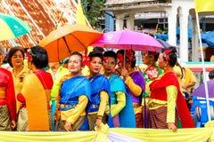 SAMUTSAKORN, ΤΑΪΛΑΝΔΗ - 27 Ιουλίου, ταϊλανδικό φόρεμα ένδυσης γυναικών στο μεγάλο BO Στοκ Εικόνα