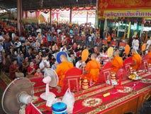 Samutsakorn, Tailândia - 3 de março de 2018: Povos budistas aglomerados que rezam no templo Foto de Stock Royalty Free