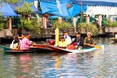 SAMUTSAKORN, TAILANDIA - 27 de julio, cerca encima de la gente tailandesa en Paradin fotos de archivo libres de regalías