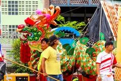 SAMUTSAKORN, TAILANDIA - 27 de julio, dragón y gente en el barco grande o imágenes de archivo libres de regalías