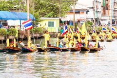 SAMUTSAKORN, TAILANDIA - 27 de julio, gente de Tailandia en el barco Paradin fotos de archivo