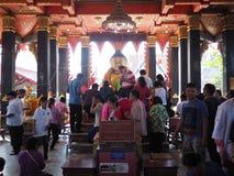 Samutsakorn, Tailandia - 3 de marzo de 2018: Gente budista apretada no identificada que adora en el templo Imagen de archivo
