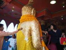 Samutsakorn, Tailandia - 3 de marzo de 2018: Gente budista no identificada que adora en el templo Foto de archivo