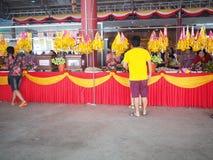 Samutsakorn, Thailand - 3. März 2018: Nicht identifizierte buddhistische Leute, die Verdienst am Tempel machen Stockbild