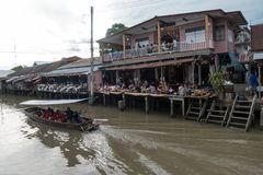 SAMUTSONGKHRAM, ТАИЛАНД - 6-ОЕ ИЮНЯ: Рынок Ampawa плавая a Стоковое фото RF