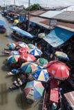 SAMUTSONGKHRAM, ТАИЛАНД - 6-ОЕ ИЮНЯ: Рынок Ampawa плавая a Стоковые Изображения RF