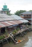 SAMUTSONGKHRAM, THAÏLANDE - 6 JUIN : Le marché de flottement d'Ampawa est a Image stock