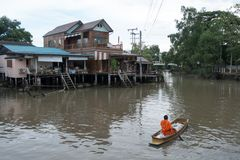 SAMUTSONGKHRAM, THAILAND - JUNI 6: Ampawa het drijven de markt is a royalty-vrije stock afbeeldingen