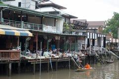 SAMUTSONGKHRAM, THAILAND - 6. JUNI: Sich hin- und herbewegender Markt Ampawa ist a Lizenzfreie Stockfotos
