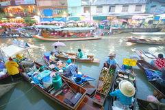 SAMUTSONGKRAM, THAILAND. AUGUST 18 : Unidentified tourists and vendors in Amphawa floating market on August 18, 2007 in Stock Image