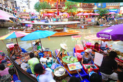 SAMUTSONGKRAM, THAILAND. AUGUST 18 : Unidentified tourists and vendors in Amphawa floating market on August 18, 2007 in Royalty Free Stock Image