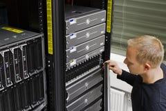 Ο τεχνικός ΤΠ διατηρεί το SAN και τους κεντρικούς υπολογιστές Στοκ φωτογραφία με δικαίωμα ελεύθερης χρήσης
