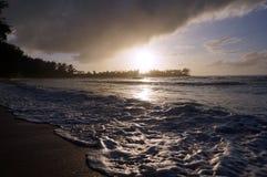 Όμορφο ηλιοβασίλεμα πέρα από τον ωκεανό με τα κύματα που κινούνται πέρα από το SAN Στοκ εικόνα με δικαίωμα ελεύθερης χρήσης
