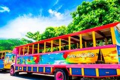SAN ANDRES KOLUMBIA, PAŹDZIERNIK, - 21, 2017: Plenerowy widok kolorowy samochód w drodze w San Andres, Kolumbia Fotografia Royalty Free