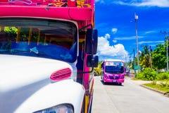 SAN ANDRES KOLUMBIA, PAŹDZIERNIK, - 21, 2017: Plenerowy widok kolorowy samochód w drodze w San Andres, Kolumbia Zdjęcia Stock
