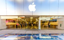 SAN ANTONIO, ΤΕΞΑΣ - 12 Απριλίου 2018 - είσοδος του καταστήματος της Apple που βρίσκεται στη λεωφόρο Λα Cantera με τις αγορές ανθ Στοκ φωτογραφία με δικαίωμα ελεύθερης χρήσης