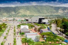 San Antonio de Pichincha, Pichincha, Ecuador - 29. Mai 2018: Vogelperspektive des modernen Gebäudes von UNASUR am Eingebung lizenzfreie stockbilder