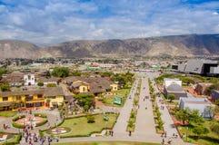 San Antonio de Pichincha, Pichincha, Ecuador - 29. Mai 2018: Vogelperspektive des modernen Gebäudes von UNASUR am Eingebung lizenzfreie stockfotos