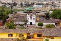 San Antonio de Pichincha, Pichincha, Ecuador - 29. Mai 2018: Von der Luftansicht im Freien des Gebäudes innerhalb des Ciudad Mita lizenzfreie stockbilder