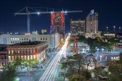 San Antonio do centro, TX na noite Fotografia de Stock