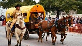 San Antonio, il Texas U.S.A. - 3 febbraio 2018: Il gruppo dei muli tira la diligenza dopo Alamo video d archivio