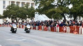 San Antonio, il Texas U.S.A. - 3 febbraio 2018: La polizia sui motocicli conduce la parata dopo Alamo video d archivio