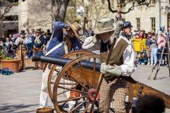 SAN ANTONIO, le TEXAS - 2 mars 2018 - des hommes habillés en tant que soldats du 19ème siècle mettent le feu au canon antique pou Images libres de droits
