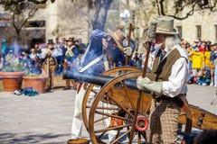 SAN ANTONIO, le TEXAS - 2 mars 2018 - des hommes habillés en tant que soldats du 19ème siècle mettent le feu au canon antique pou Photos stock