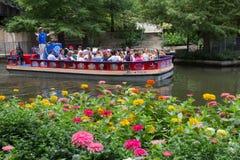 San Antonio River Boat Tour met Bloemen Stock Foto