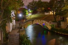 San Antonio River Walk alla notte, il Texas, U.S.A. immagini stock