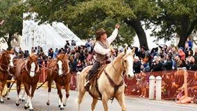 San Antonio, Tejas los E.E.U.U. - 3 de febrero de 2018: Diligencia traída por caballo más allá del Álamo metrajes