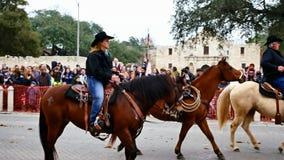 San Antonio, Tejas los E.E.U.U. - 3 de febrero de 2018: Hombres y caballos de montar a caballo de las mujeres más allá del Álamo almacen de metraje de vídeo