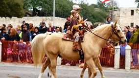 San Antonio, Tejas los E.E.U.U. - 3 de febrero de 2018: Hombres y caballos de montar a caballo de las mujeres más allá del Álamo almacen de video