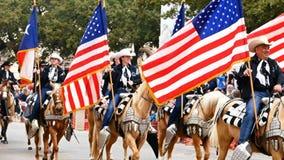 San Antonio, Tejas los E.E.U.U. - 3 de febrero de 2018: Hombres y caballos de montar a caballo de las mujeres más allá del Álamo