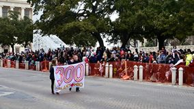 San Antonio, Tejas los E.E.U.U. - 3 de febrero de 2018: Los manifestantes del desfile del rodeo exhiben San Antonio 300 años en e almacen de video