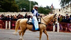 San Antonio, Teksas usa - Luty 3 2018: Chybienie Rodeso Teksas jedzie konia za Alamo zbiory