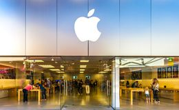 SAN ANTONIO, TEXAS - APRIL 12, 2018 - Entrance of Apple store located at La Cantera Mall with people shopping. stock images