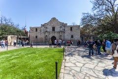 SAN ANTONIO, TEXAS - 2 de março de 2018 - povos consegue na linha visitar a missão histórica de Alamo, construída em 1718 e o loc Fotografia de Stock Royalty Free