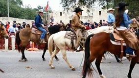 San Antonio, Texas de V.S. - 3 Februari 2018: Mannen en vrouwen die paarden voorbij Alamo berijden stock videobeelden