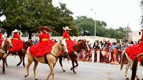 San Antonio, Texas EUA - 3 de fevereiro de 2018: As mulheres em cavalos montam após o Alamo histórico durante a parada video estoque