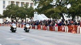 San Antonio, Texas EUA - 3 de fevereiro de 2018: A polícia em motocicletas conduz a parada após o Alamo vídeos de arquivo