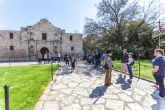 SAN ANTONIO, TEXAS - 2. März 2018 - Leute erhalten in der Linie, den historischen Alamo-Auftrag, im Jahre 1718 aufgebaut und Stan Stockfotos