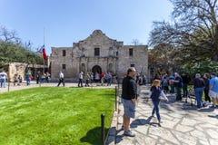 SAN ANTONIO, TEXAS - 2. März 2018 - Leute erhalten in der Linie, den historischen Alamo-Auftrag, im Jahre 1718 aufgebaut und Stan Stockbilder