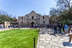 SAN ANTONIO, TEXAS - 2. März 2018 - Leute erhalten in der Linie, den historischen Alamo-Auftrag, im Jahre 1718 aufgebaut und Stan Lizenzfreie Stockfotografie