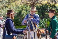 SAN ANTONIO TEXAS - MARS 2, 2018 - män som kläs som 19th århundradesoldater, deltar i reenactmenten av striden av Alamen Royaltyfri Bild