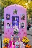 SAN ANTONIO TEXAS - NOVEMBER 2, 2018 - dag av det döda altare-/Diameter de los Muertos ofrendaerbjudandet för den döda fira minne arkivfoton