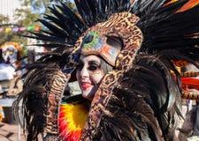 SAN ANTONIO TEXAS - OKTOBER 29, 2017 - kvinna som bär den Aztec huvudbonaden för Dia de Los Muertos /Day av den döda berömmen royaltyfria foton