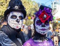 SAN ANTONIO, TEXAS - 28. Oktober 2017 - Paare trägt die Gesichtsfarbe und -hüte, die mit Blumen und den Schädeln für Dia de Los M Lizenzfreies Stockbild
