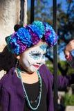 SAN ANTONIO, TEXAS - 28. Oktober 2017 - tragende Gesichtsfarbe des Mädchens und Blumenkopfschmuck für Dia de Los Muertos /Day der Stockfotografie